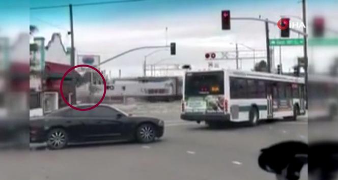 ABD'de yolcu treni çöp kamyonu ile çarpıştı